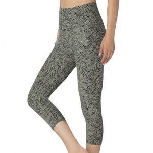 Beyond Yoga jungle fern spacedye capri pants high